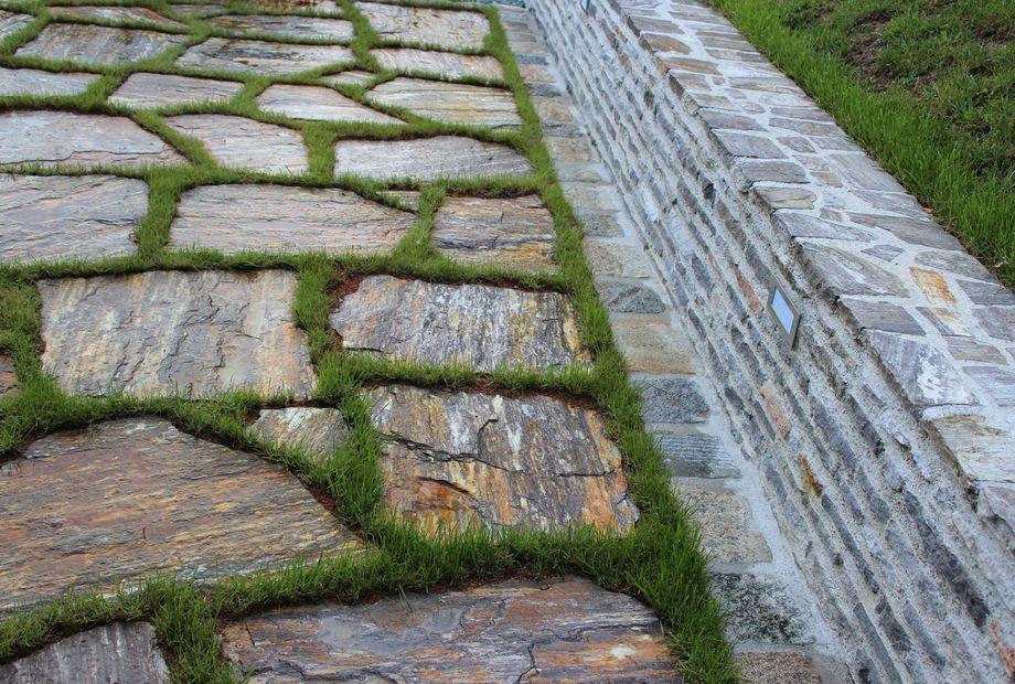 Terrasse aus Stainzer Gneis, Stein Schwarz