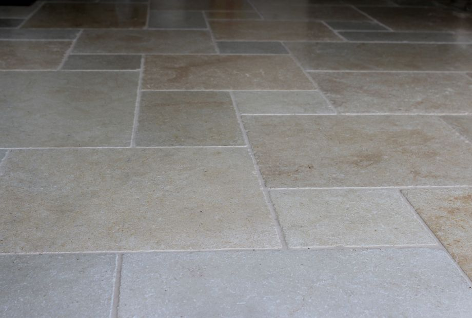 Boden aus Jura Marmor im Römischen Verband, Wohnzimmer - Stein Schwarz