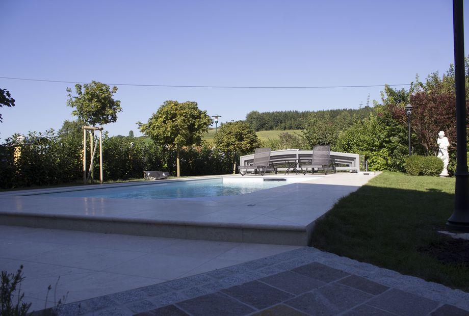 Gartenanlage mit Pool in Mediterranem Muschelkalkstein + Terrasse in Kirmanjak