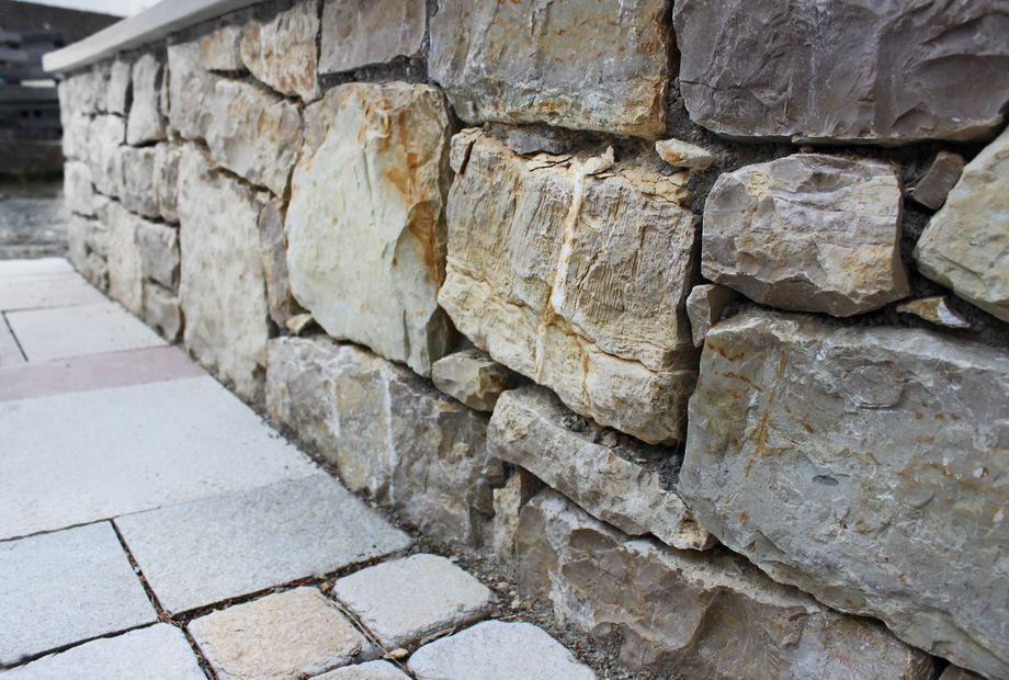 Natursteinmauer aus Kalkstein, Stein Schwarz