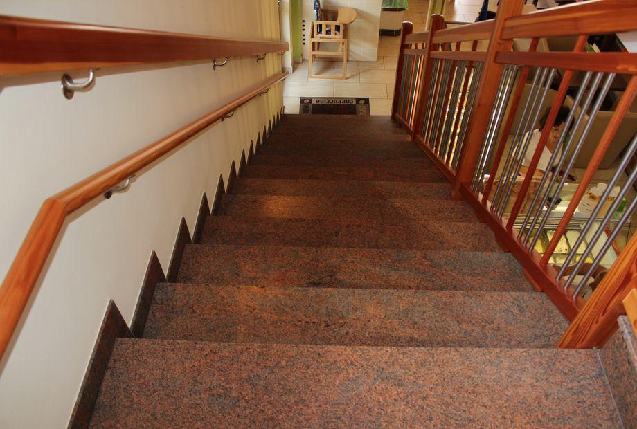 Stufen aus Multicolor Rot, Stein Schwarz