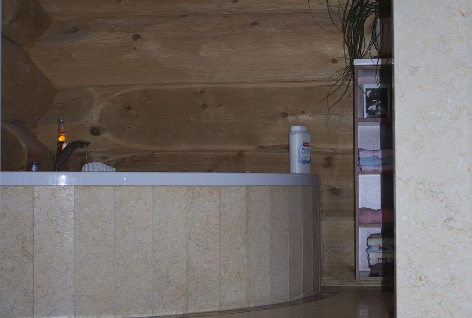 Badezimmer aus beigen Marmor, Stein Schwarz