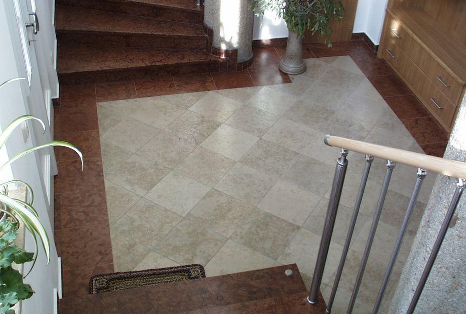 Eingangsbereich aus Bale Kalkstein und Marmor Rosso Verona, Stein Schwarz
