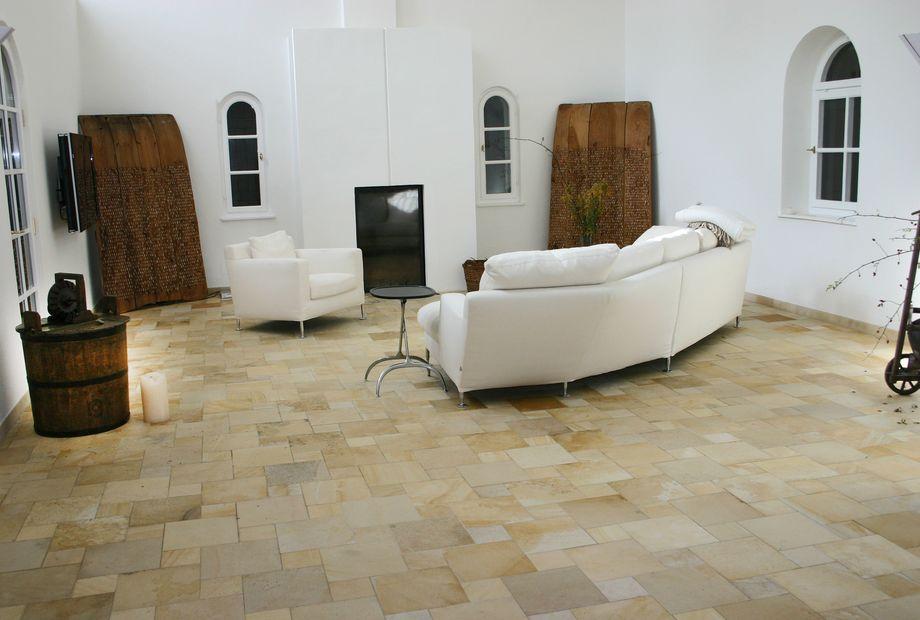 Wohnzimmer mit Solnhofner Marmor Boden, Stein Schwarz