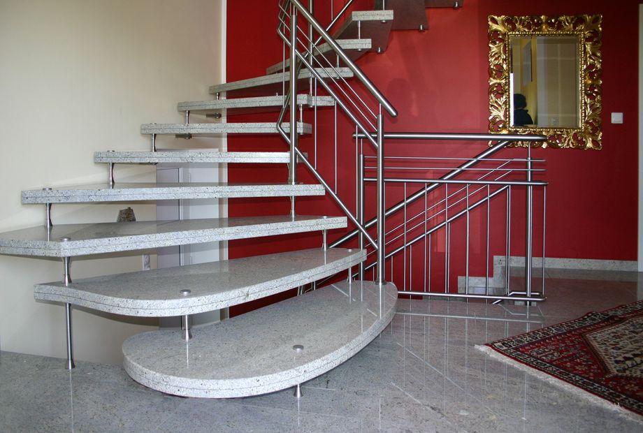 freitragende Stufen aus Kashmir White Granit, Stein Schwarz
