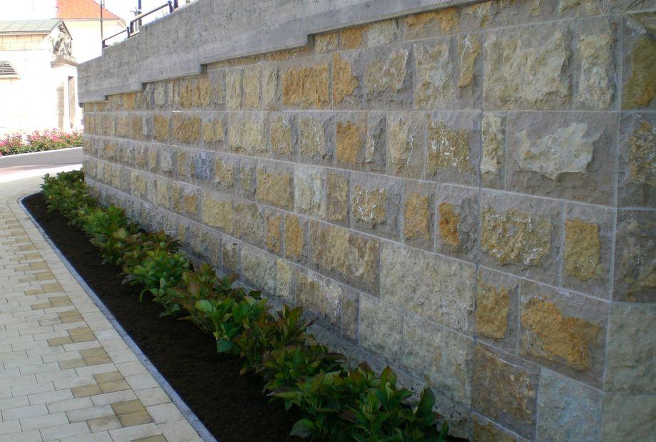 Natursteinmauer aus Pannonia Braun, Stein Schwarz