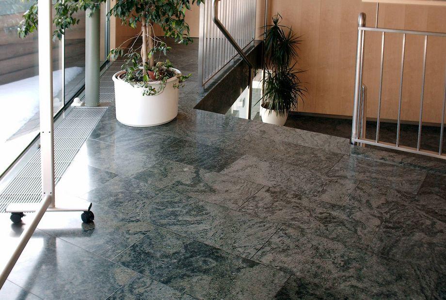 Boden aus grünem Granit Savana, Stein Schwarz