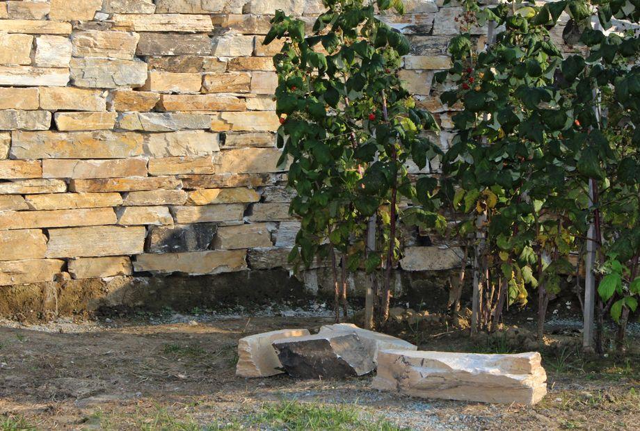 Natursteinmauer aus Sonnenquarzit, Stein Schwarz