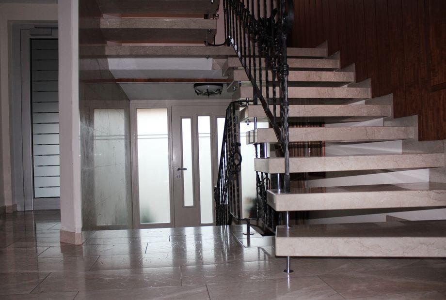 Stufen und Boden aus Botticino Kalkstein, Stein Schwarz