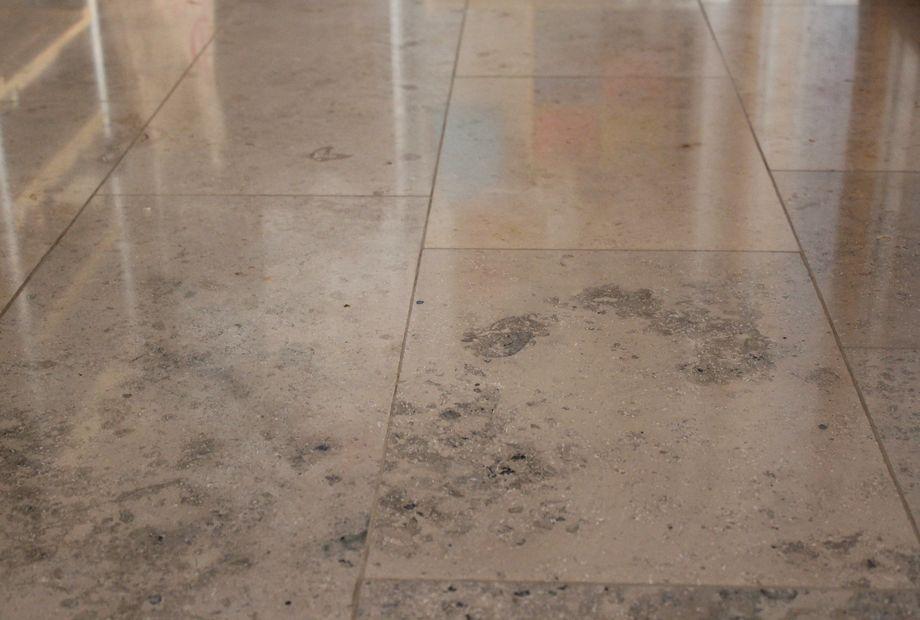 Grauer Jura Marmor poliert im Esszimmer, Stein Schwarz