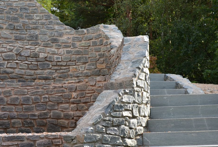 Natursteinmauer aus Pannonia Grün, Stein Schwarz