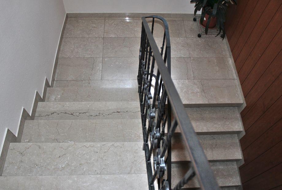 Stufen und Boden aus hellem Kalkstein, Stein Schwarz