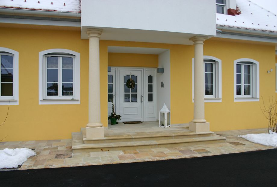 Eingangsbereich in Quarzsandstein Mint