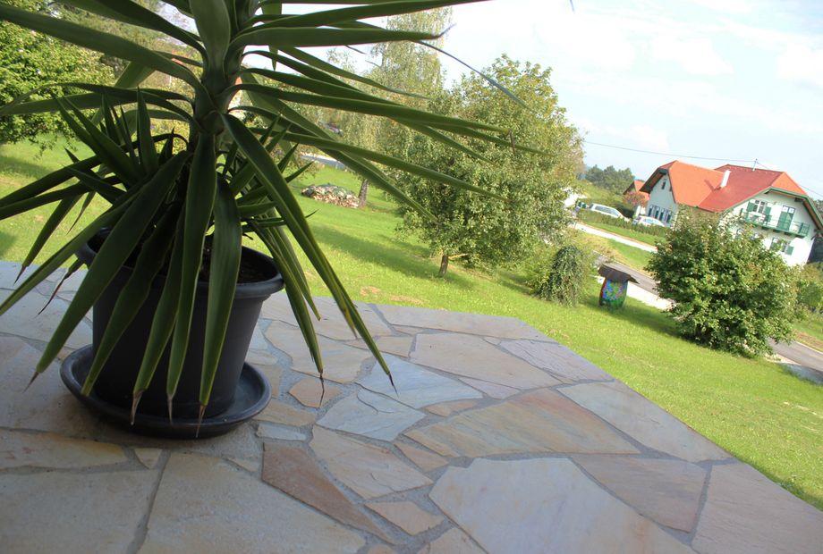 Terrasse in Quarzit Hellgelb, Stein Schwarz