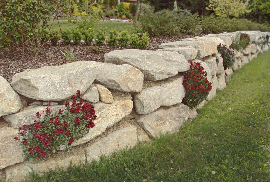 Natursteinmauer aus Hofer Gneis, Stein Schwarz