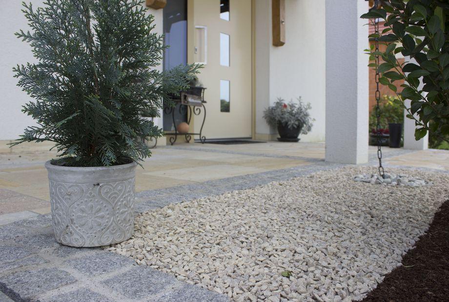 Hofgestaltung aus Quarzit Hellgelb, polygonal, stein schwarz