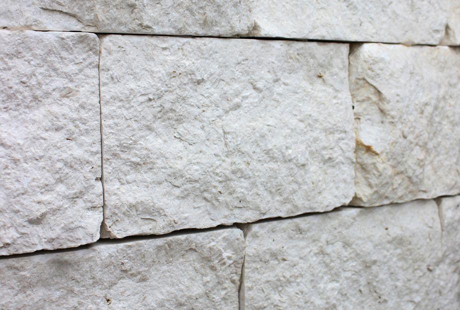 Natursteinsteinmauer in Perlenkalkstein, Stein Schwarz
