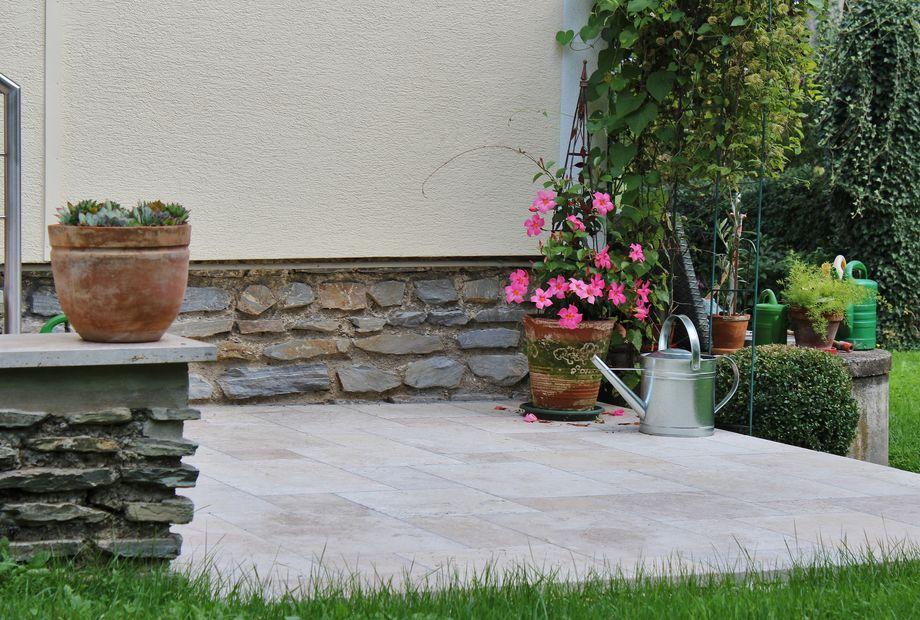 Terrasse in Travertin Beige, Stein Schwarz
