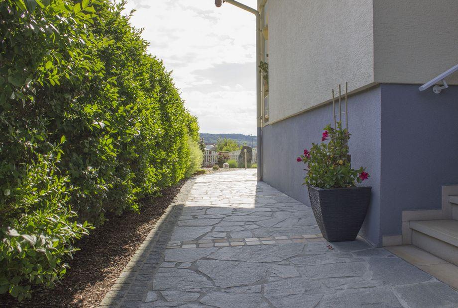 Eingangsbereich in Quarzit Kavala