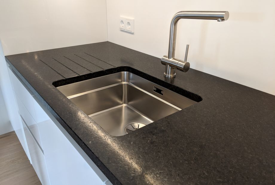 Küche aus schwarzem Granit Black Pearl, Stein Schwarz